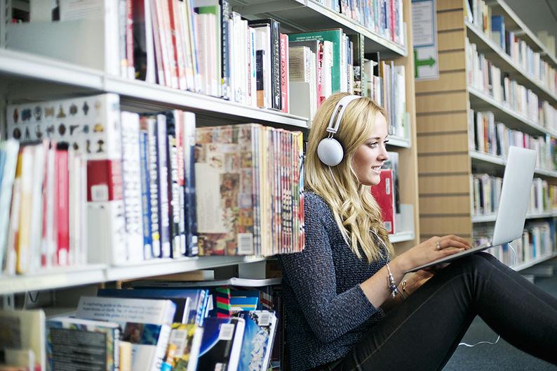 英美有声书报告:不读书的人开始听书